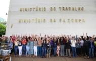 Em protesto, servidores dão abraço simbólico no prédio do Ministério do Trabalho