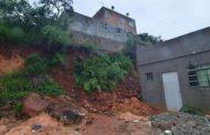 Moradores de Santa Luzia deixam suas casas após barranco ceder com chuva