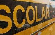 Ônibus escolar bate em poste no Morro do Cruzeiro