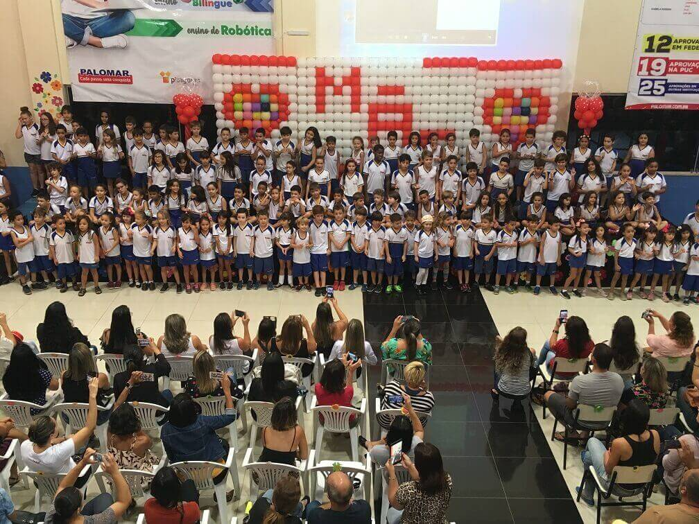 Palestra e homenagens emocionam mães na Escola Palomar