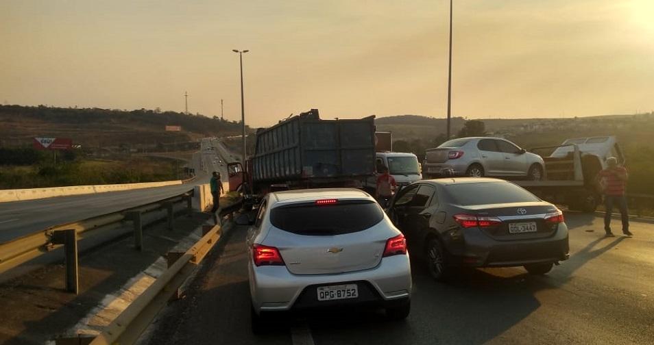 Acidente entre caminhões interdita a MG-010 na altura de Vespasiano
