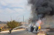 Carreta carregada de combustível tomba e é tomada por chamas em Ribeirão das Neves