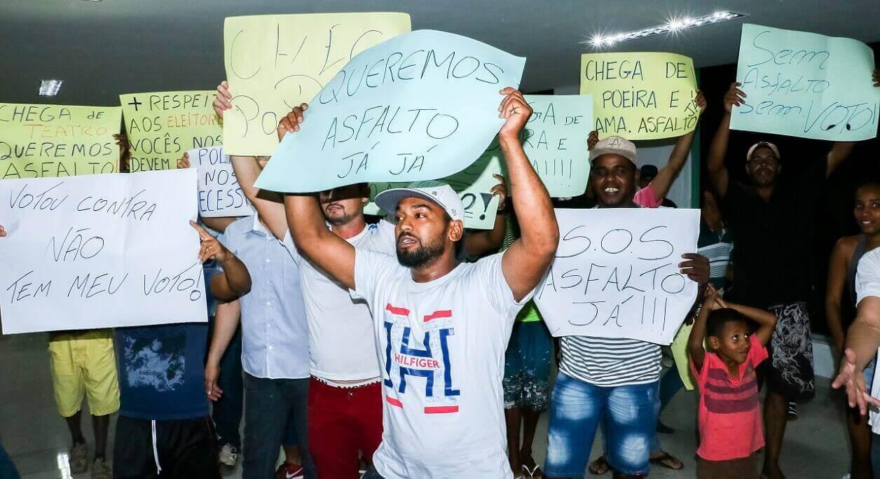 """Câmara de Lagoa Santa rejeita, novamente, pedido de empréstimo milionário do Executivo; população se manifesta: """"Queremos asfalto"""""""