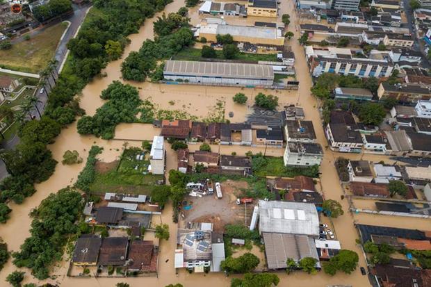 Chuvas deixam centro de Vespasiano totalmente alagado