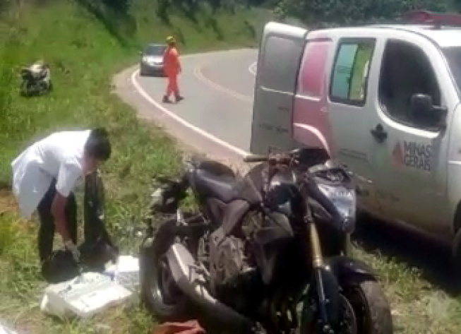 Colisão entre duas motos deixa uma mulher morta na MG-010