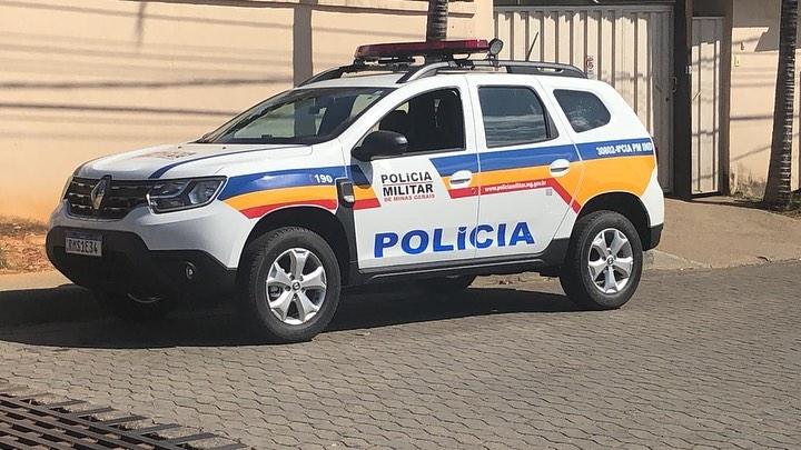 Prefeitura de Santana do Riacho assina convênio e recebe viatura da PM