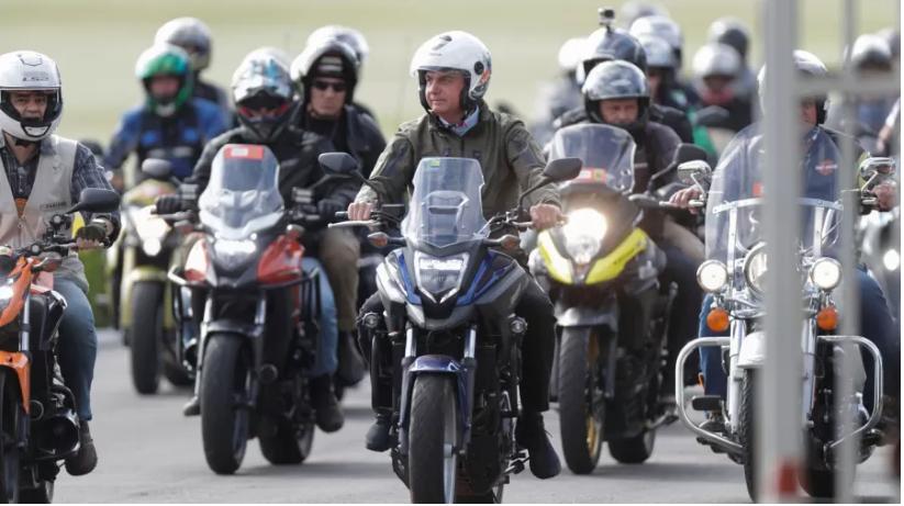 """Bolsonaro encontra com motociclistas e faz """"motosseata"""" no Rio"""