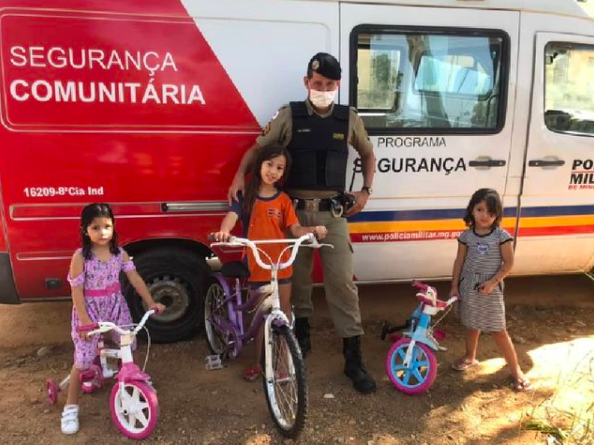 Policial Militar realiza uma surpresa para crianças de Lagoa Santa