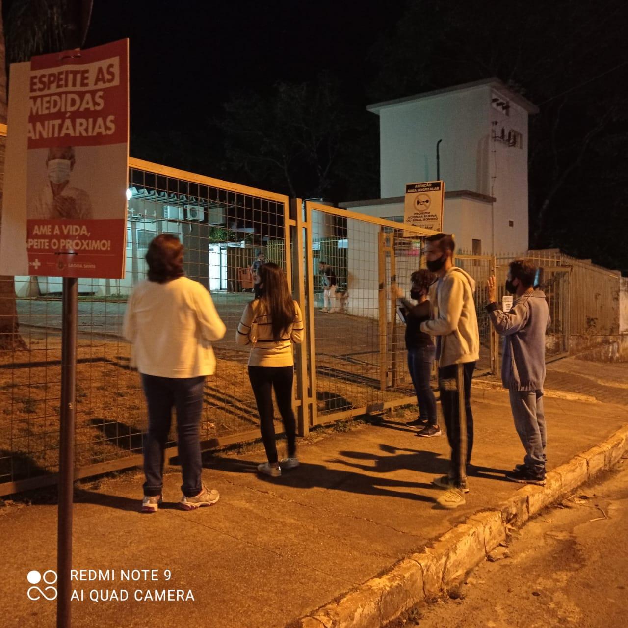 Fieis fazem corrente de oração em frente ao Hospital de Lagoa Santa