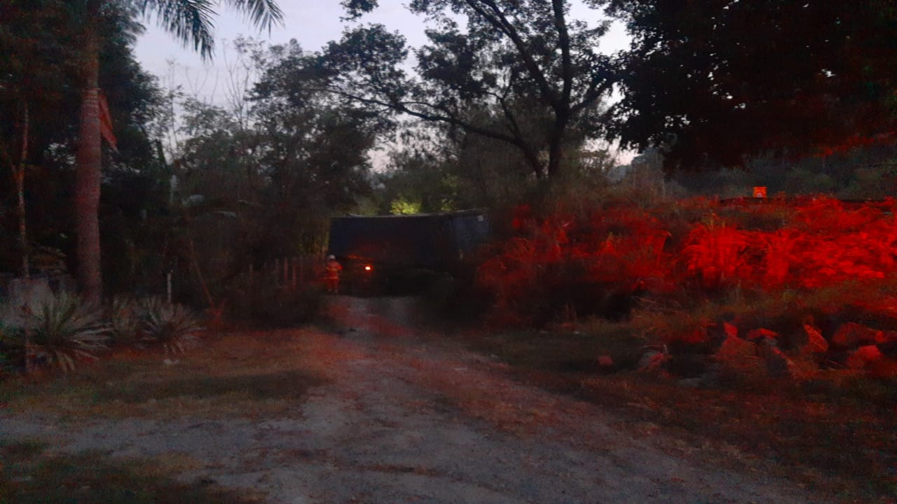 Caminhão tomba na entrada de Pedro Leopoldo e deixa 2 feridos