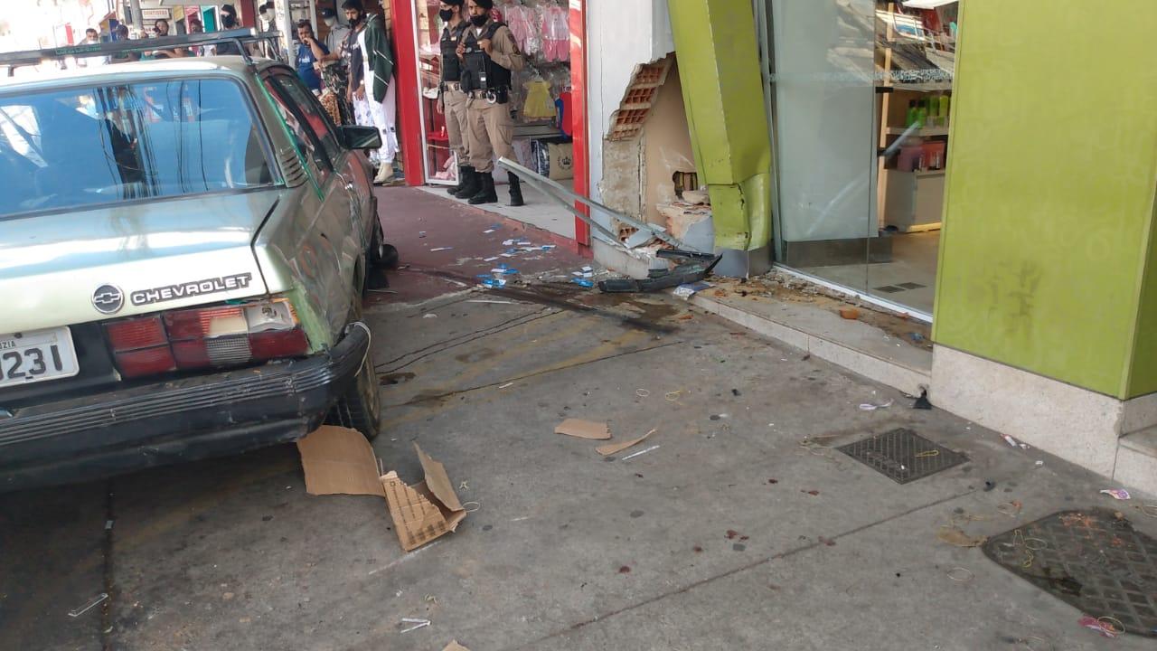 Acidente deixa duas vítimas inconscientes em Santa Luzia