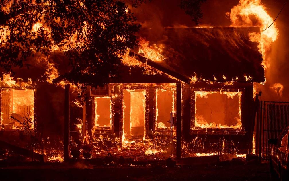 Incêndio quase destrói casa em Lagoa Santa