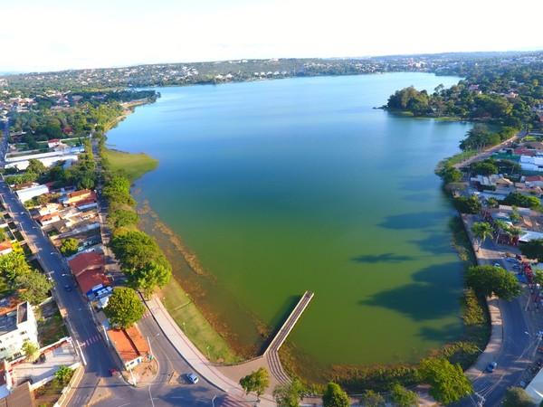 Casal de Lagoa Santa é responsável pelo plantio de árvores nas margens da Lagoa Central