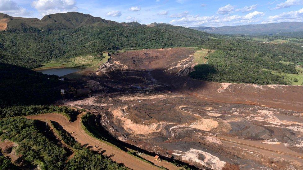 Bombeiros identificam mais uma vítima da barragem em Brumadinho