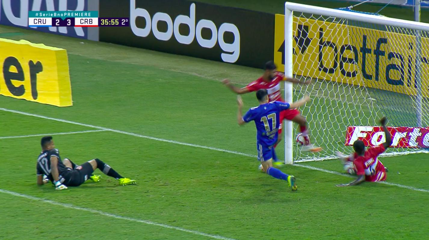 Com gol mal anulado, Cruzeiro perde para o CRB
