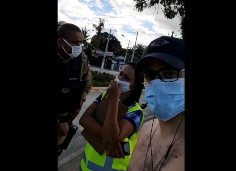 Turista pede mais lixeira na orla da Lagoa Central e funcionária da prefeitura de Lagoa Santa chama a polícia