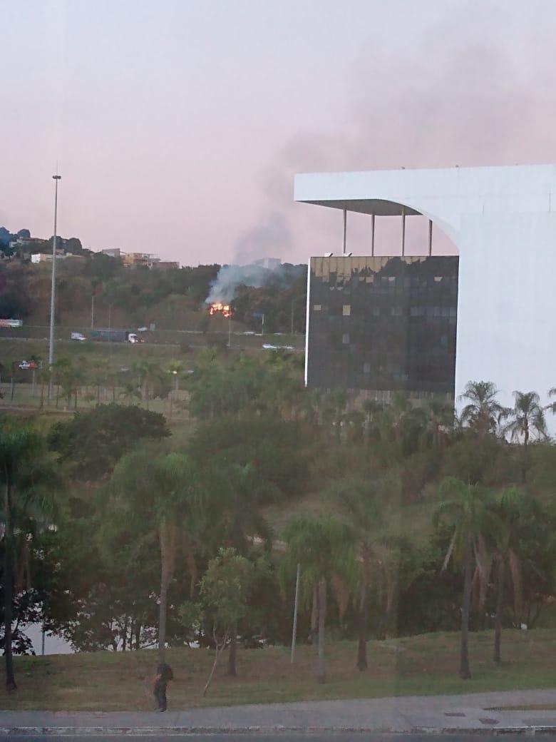 Incêndio em vegetação às margens da rodovia MG-10, no bairro Serra Verde