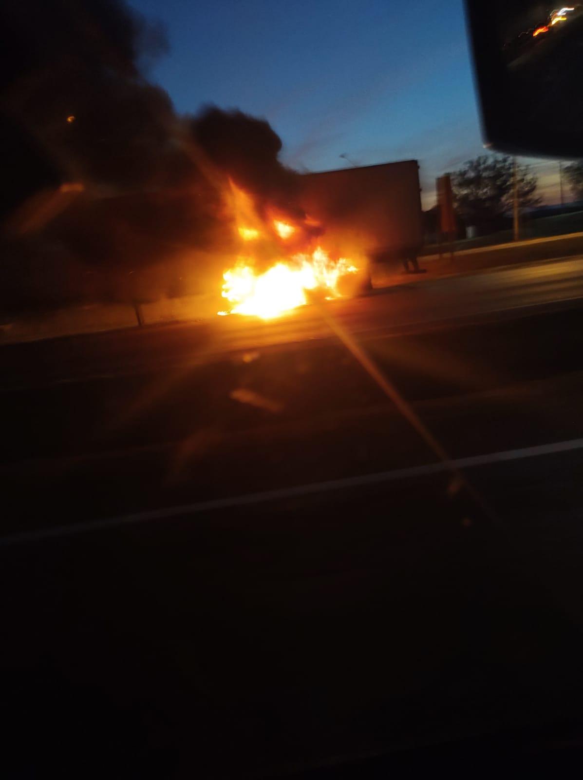 Incêndio consome carreta em Ribeirão das Neves