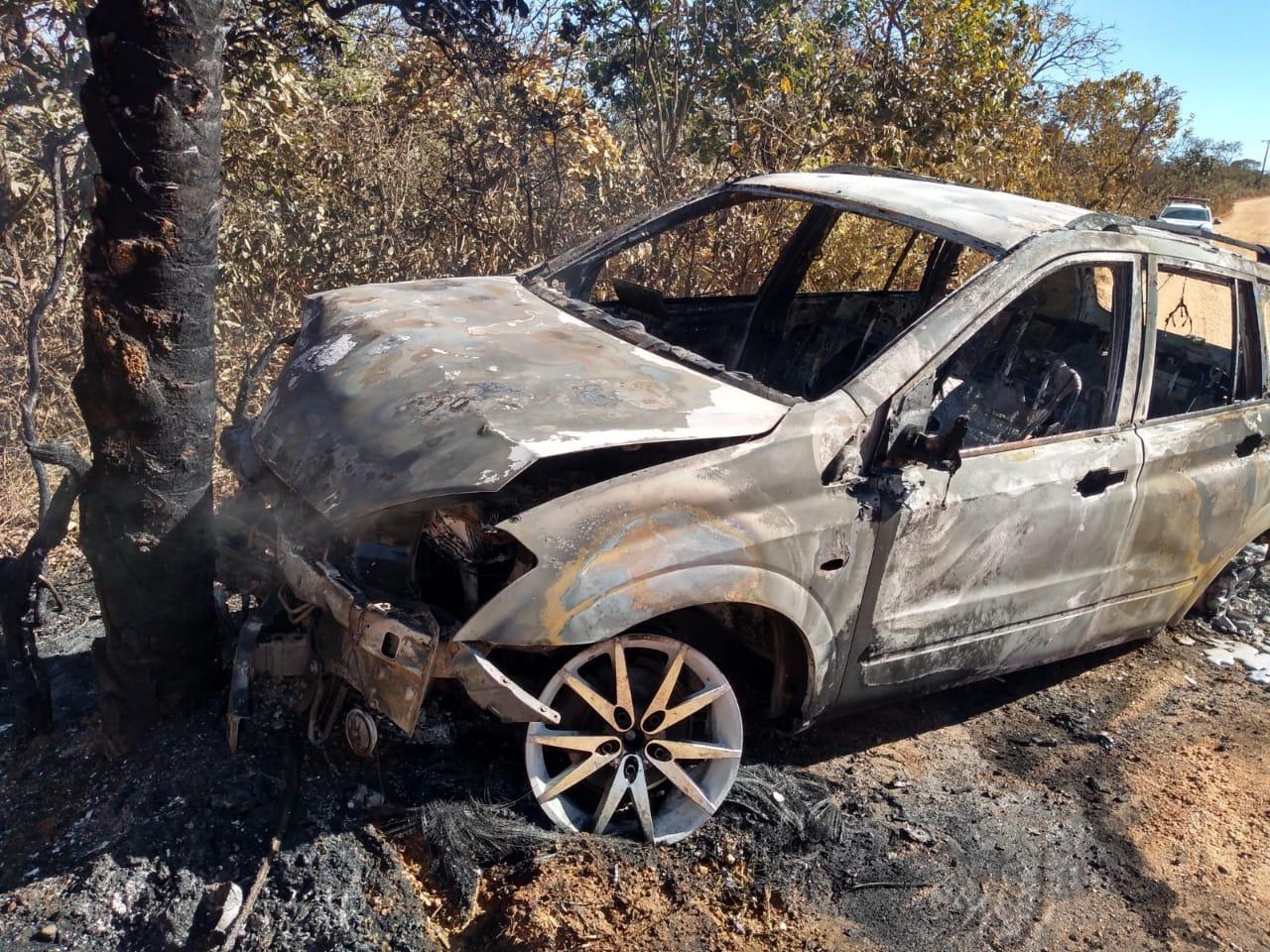 Carro fica destruído após bater em árvore e pegar fogo em Jaboticatubas